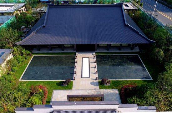 作为示范区重之重的营销中心,恢弘中式建筑采用了台地的设计手法,屋檐图片