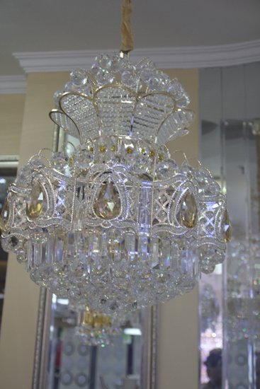 灯架构造繁复但是做工精细,水晶颗粒饱满莹润,多年老店欧特朗的做工无图片