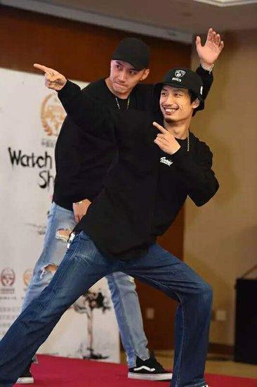 表演者右一:周游(北京联盟)、左一:穆桐(辽宁联盟)