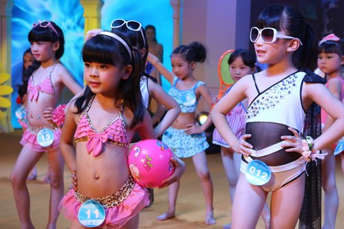 少儿组表演泳装秀