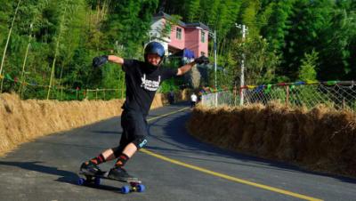 天柱山2017年国际长板速降大赛首日 聚焦长板slide果酱赛