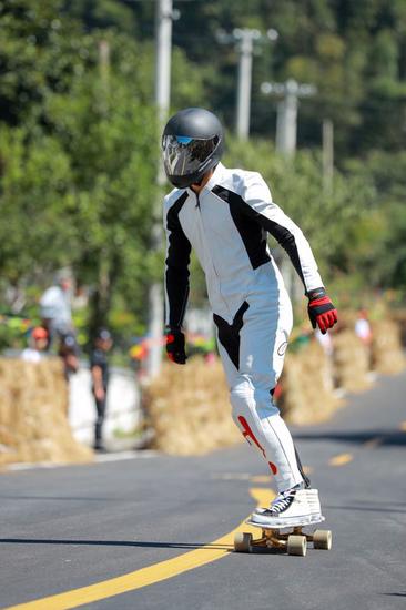 速度与刺激齐飞 中国天柱山2017年国际长板速降大赛预赛火热进行中