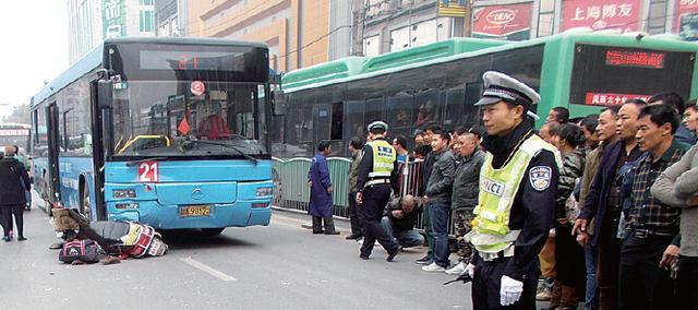 郑州:男人坐摩的撞上公交车 昏倒5天还未醒