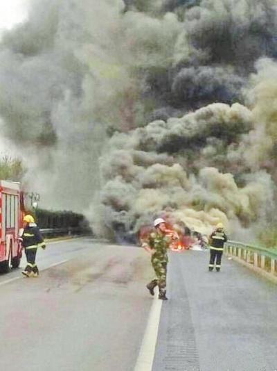 平顶山高速轿车追尾货车 小车爆炸烧成铁架(图)