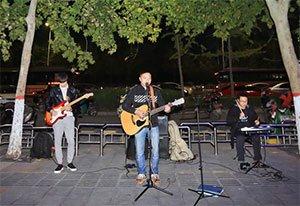 郑州小伙白天做领导 晚上街头唱歌