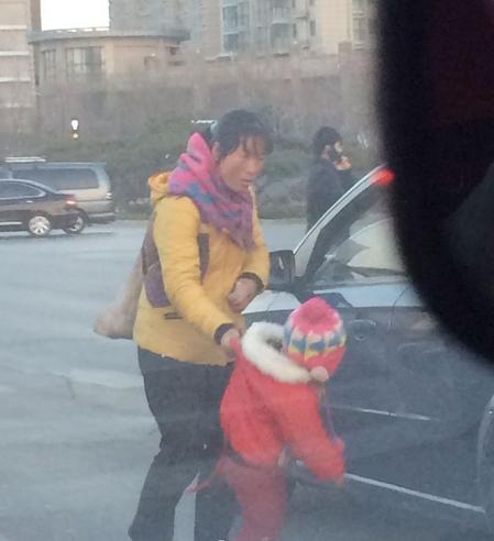 """女子带小童当""""红灯乞丐"""" 当街敲车窗乞讨"""