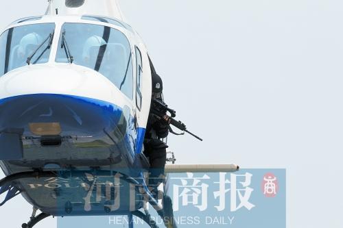 郑州特警直升机反暴恐 可在百米高空狙杀(图)
