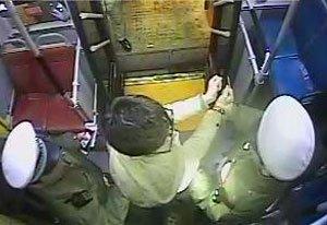 喊话司机没回应 郑州公交上男子2次抢方向盘被拘车
