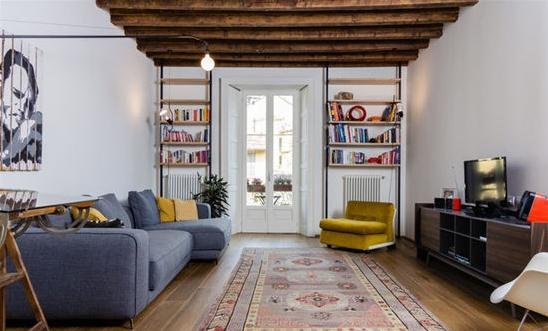 业 主:Selina 地 点:米兰 面 积:120平米 装修户型:两室一厅、大户型 装修风格:舒适风格、简约随意 重新粉刷了墙面之后,老屋褪去了原本的陈旧,重新焕发出生机。灰色的布艺沙发、古朴的木地板、天花板上充满自然气息的木天棚,让这个客厅充满了舒适的自然氛围。窗户改造为洁白的欧式玻璃门,使窗外的风景一览无余,同时还充分利用了墙面的收纳作用。