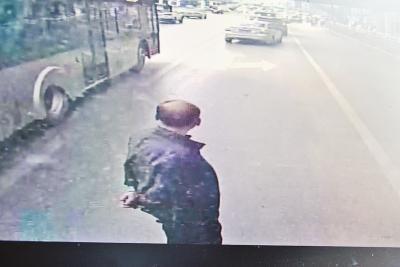 郑州一公交离站不开门 老汉挡在车前8分钟