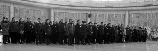 昨日,很多市民自发来到殡仪馆为老人送行。