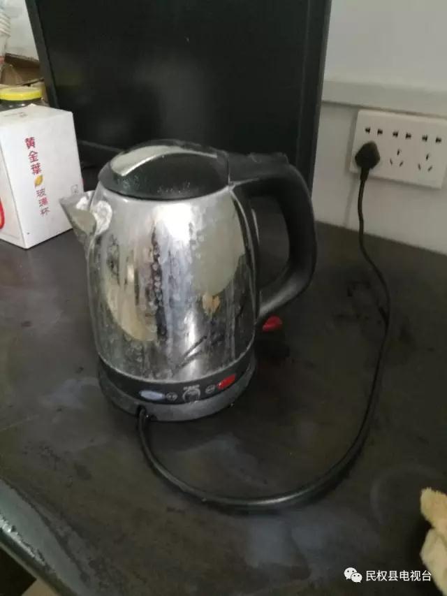 民权一男子用电热水壶烧水 断电后水壶周边还带电
