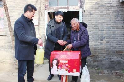 周口男子返乡 行囊里装着给8户贫困乡亲的年货