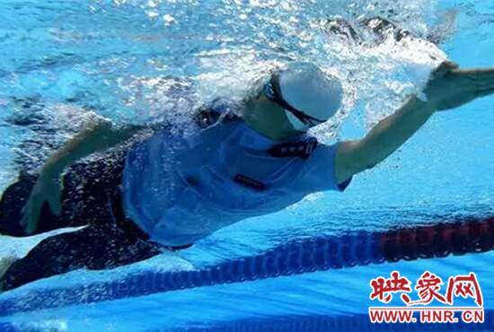 """全国""""穿警服游泳""""比赛 郑州警察拿冠军(图)"""