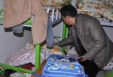 发生火灾后,袁收养的弃婴被送到临时安置点
