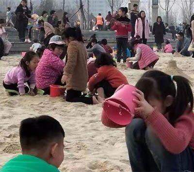 河南女子带娃游西湖 抬头看孩子没了