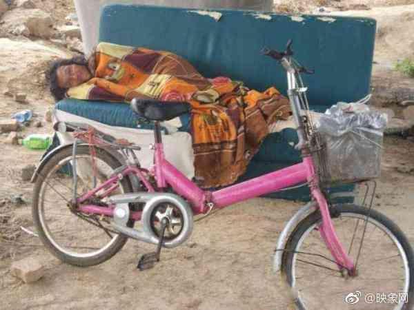 男子为吃碗烩面从江苏骑车来郑州 住立交桥下