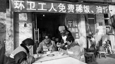 安阳一早餐店免费向环卫工供餐 已保持快一年