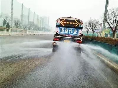 濮阳市民被洒水车喷一身水 喷洒的到底是什么水