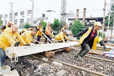 直击火车站施工现场:千人作战 场面壮观