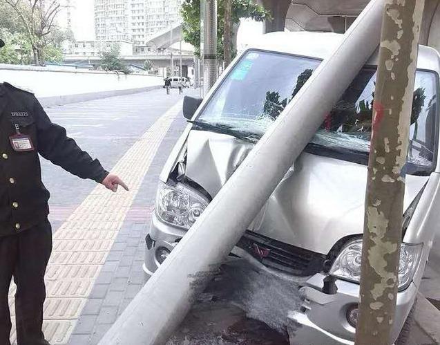 郑州男子疑似疲劳驾驶 开车一头撞电线杆