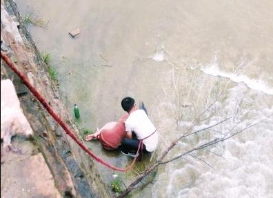 林州有人跳水轻生 路过教师奋不顾身跳水救人 出