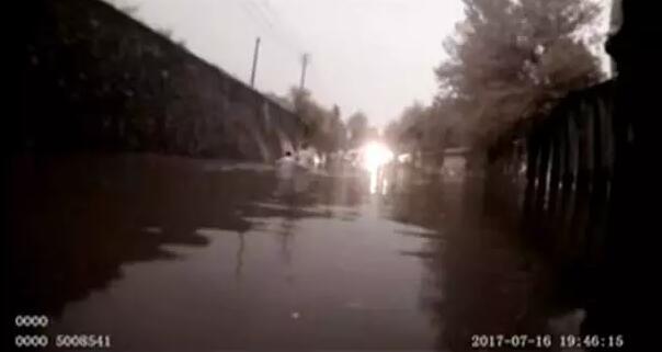 新密暴雨一家5口被困水中 民警奋不顾身托举救人