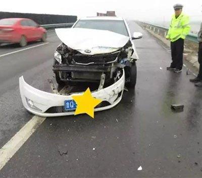 漯河高速发生车祸 因司机抢红包