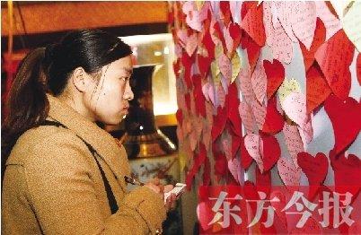 郑州相亲会举不胜举 老太太打手电为女儿找对象