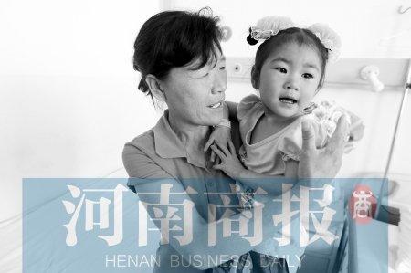 50岁女子为抚养弃婴离家 为给孩子看病去乞讨