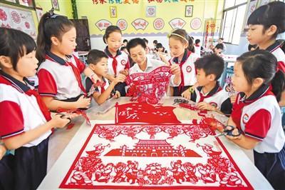 小学生巧手剪纸喜迎国庆佳节
