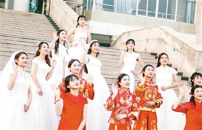 漯河14名女大学生拍别样毕业照 为定格青春时光
