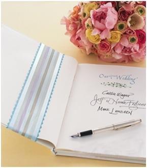 白色单调的婚礼签到册因为给封面系上了蓝白紫灰相间的时尚缎带而与图片