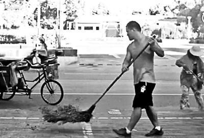 同济大学博士陪父母扫马路 父亲:帮忙很正常