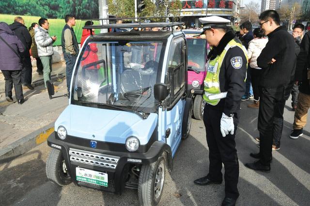 郑州交警严查电动四轮车 不到一小时7辆车被查高清图片