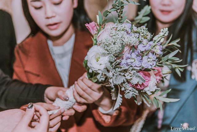 小伙双11拉女友去教堂学花艺  突然下跪求婚征服少女心