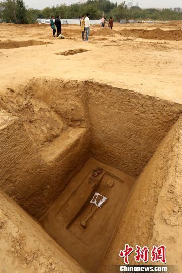 河南一建筑工地现战国墓葬群 墓主人陪葬莲花盆