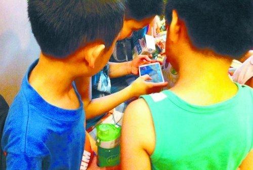 一个班约七成小学生用智能手机 学校称是双刃剑