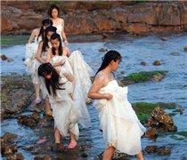 女大学生身着婚纱拍摄毕业纪念照