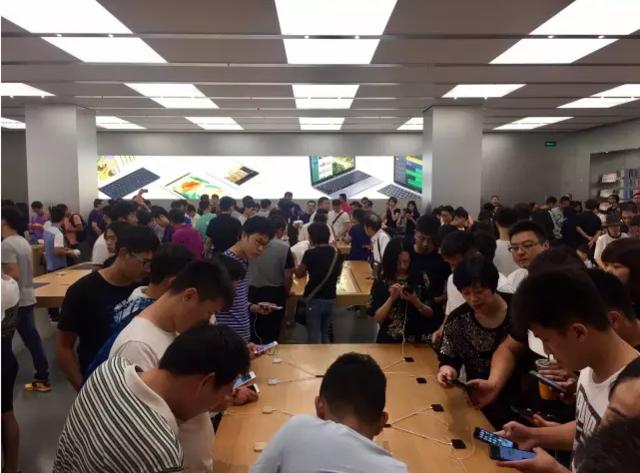 iPhone7亮黑色炒到2万 郑州直营店人满为患