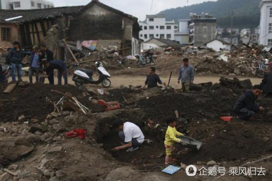 市民带娃工地上挖玉石 有人月入近万