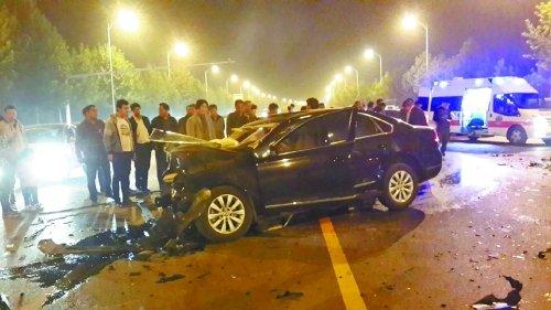 郑开大道中牟段两辆车迎头相撞 事故致6死2伤
