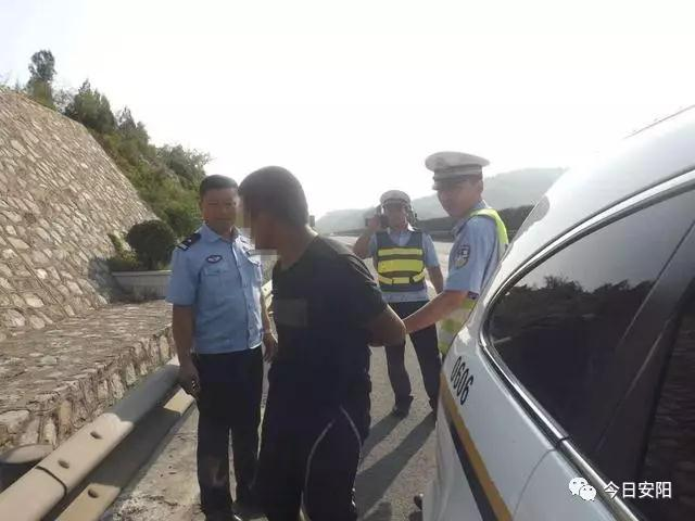 男子持刀高速上行走 民警立即采取战术将其控制