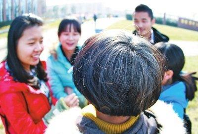 19岁女生边上学边照料植物人妈妈 头发几乎全利剑