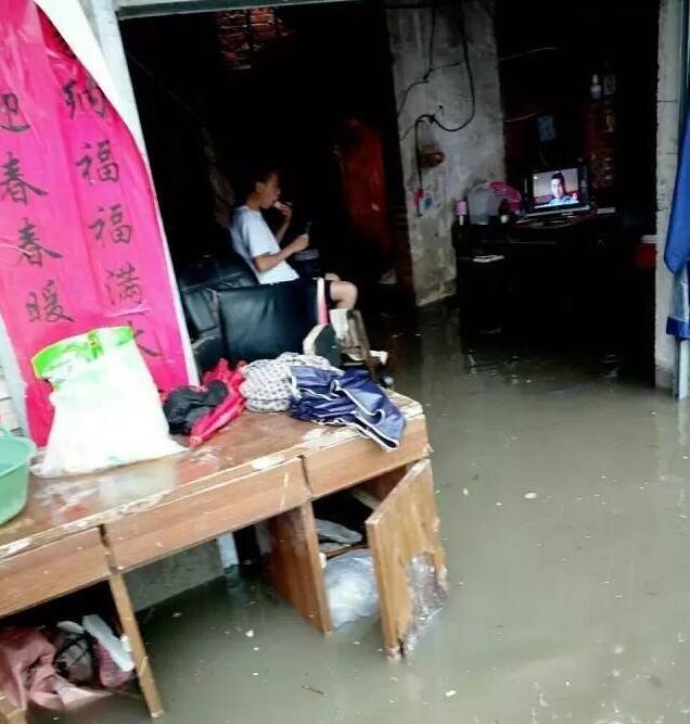 信阳一小伙家中因暴雨被淹 他却仍在淡定追剧
