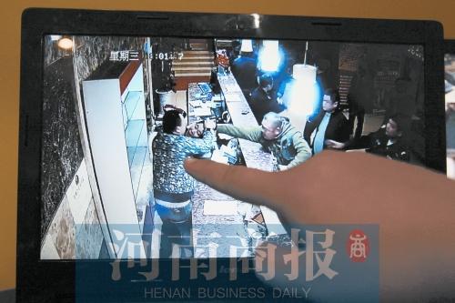 郑州众男子大闹足疗店 扯掉女服务员的衬衣扣子