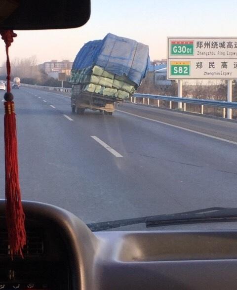 郑州机场高速货车超载 车身倾斜摇摇欲坠(图)