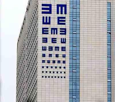 """郑州现巨型""""视力表""""引市民吐槽"""