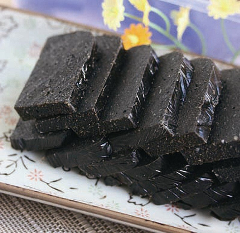 糖与胶溶为一体时,加入炒熟的黑芝麻及敲碎的核桃仁各适量,制