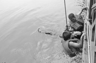 六旬老太不慎落水 俩85后小伙救人后悄悄离去